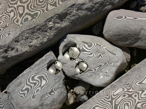 'Swinging Stones' von  Izumi