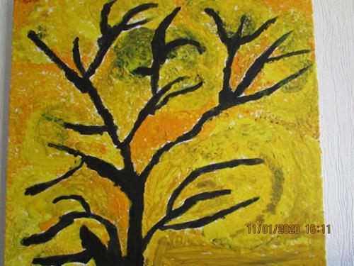 Schwarzer Baum im gelben Herbst