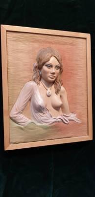 Junge Frau mit Amulett